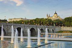 El Puente de Segovia es el puente aún en pie más antiguo de la ciudad. Felipe II le mandó construirlo, allá por 1582, a su arquitecto favorito, Juan de Herrera, y como el Monasterio del Escorial, también obra suya, aquí sigue