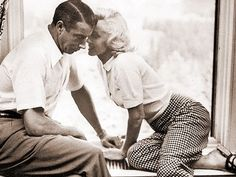 Marilyn Monroe & Joe DiMaggio Flowers to her grave for over two decades. <3<3<3<3  He never remarried.