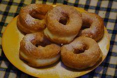 Oponki : Składniki na oponki: 500 g białego sera 3 jajka 3 łyżki kwaśnej śmietany 3 łyżki cukru 15 g cukru waniliowego 1 łyżeczka sody oczyszczonej 3 szklanki mąki. Przepis na Oponki