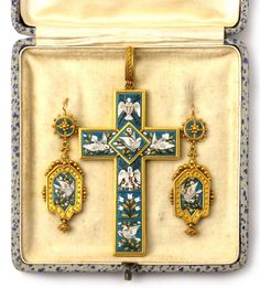 A yellow gold and micromosaic parure composed of a pair of earpendents and a cross. Rome, around 1860. In original case. 4,3 cm x 7,5 x 4 cm