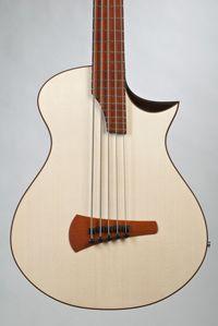 Akustische Bassgitarre 5-saitig Fichte / Ahorn. Ansicht der Decke