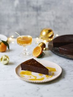 Chocolate clementine torte , A gorgeously rich and indulgent chocolate cake from Jamie Oliver. It& the perfect alternative to a Christmas pudding, and you& only need a tiny slice! Tasty Chocolate Cake, Chocolate Desserts, Chocolate Orange, Jamie Olivier, Jamie Oliver 5 Ingredients, Clementine Cake, Clementine Recipes, Cake Recipes, Dessert Recipes