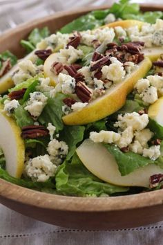 Crisp romaine salad with pears, blue cheese and pecans, dressed with delicious honey wine and olive oil vinaigrette. Pecan Recipes, Healthy Recipes, Healthy Habits, Free Recipes, Ensalada Thai, Cilantro, Romaine Salad, Arugula Salad, Quinoa Salad