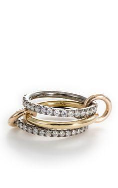ブラックロジウム加工したホワイトゴールドに、ホワイト・ダイアモンドの組み合わせ。中心になるリングのみ、18Kイエロー・ゴールドでアクセントになっています。コネクターとなる小さなリンクもイエロー・ゴールド。・3連・リングの幅は約2mm・ダイヤモンドの総カラット量は1.6tcw・アメリカ製