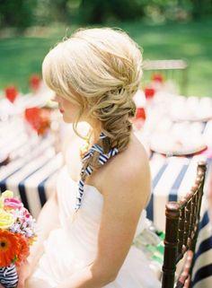 Foto 10 de 18 Trenza rústica con cintas del mismo color que la decoración de boda. Peinados con Trenzas para | HISPABODAS