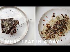 What I eat in a day: Anna-Laura Kummers Hanf-Schokokuchen mit MEDIHEMP Hanfnüssen #deepnatureproject #rezept Anna Laura, Oatmeal, Breakfast, Food, Vegan Ramen, Vegane Rezepte, Hemp, Food Food, Simple