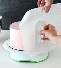 Tutorial - How to frost a perfectly smooth cake with buttercream icing! Images and animated gifs with detailed instructions! #cakedecorating