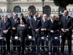 Anne von Rumänien: Zu den Vertretern der anderen Königs- und Fürstenhäuser, die an der Beerdigung teilnehmen, gehören unter anderem Georg Friedrich Prinz von Preußen (3. v. rechts), Max Markgraf von Baden (2. v. rechts), Prinz Lorenz von Belgien (ganz rechts) sowie Prinz Carlos Hugo von Bourbon-Parma (4. v. links).