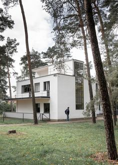 Meisterhäuser in Dessau by Walter Gropius and the modern interpreted New Masters' Houses by Bruno Fioretti Marquez. Classical Architecture, Landscape Architecture, Interior Architecture, Interior Design, Bauhaus, Lebbeus Woods, Old Abandoned Houses, Walter Gropius, Art Deco Home