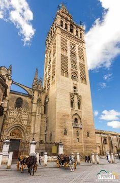 الجيرالدة اعلى مئذنة في العالم ، يبلغ ارتفاعها 97,5 مترا . امر ببنائها ابو يوسف يعقوب المنصور الخليفة الموحدي سنة 1184م - وهي الآن برج يحمل اجراس كاتدرائية اشبيلية التي حول اليها الجامع