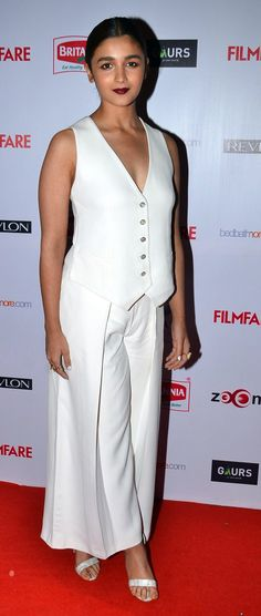 Alia Bhatt, Karan Johar attend the Filmfare Pre-Awards ceremony Bollywood Girls, Bollywood Celebrities, Bollywood Actress, Bollywood Stars, Hot Actresses, Beautiful Actresses, Indian Actresses, Parneeti Chopra, Aalia Bhatt