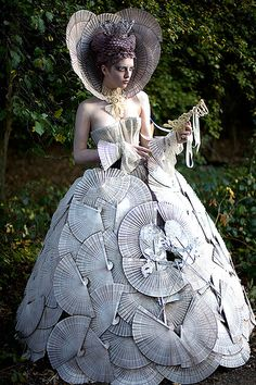 Wonderland - 'The White Queen' - Kirsty Mitchell Photography Diy Fashion, Fashion Show, Fashion Trends, Young Fashion, White Queen Costume, Kirsty Mitchell, Foto Fantasy, Fantasy Costumes, Recycled Fashion