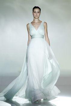 Acabámos de conhecer a colecção de vestidos de noiva Rosa Clará 2013 e eu já tenho uma mão cheia de preferidos! Hoje, é este: inspiração romana e um tom verde-água verdadeiramente doce.