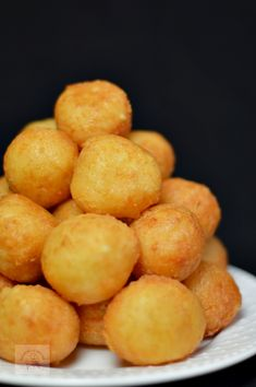 Bulete de cascaval - CAIETUL CU RETETE Finger Food Appetizers, Appetizer Recipes, Delicious Deserts, Yummy Food, Helathy Food, Baby Food Recipes, Cooking Recipes, Romanian Food, Diy Food