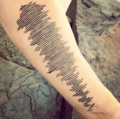 """In memory of his mom he got this tattoo Its the soundwaves from her last voicemail she sent him pic.twitter.com/wdQaThKRPM"""