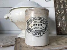 Uralter Marmeladen Topf von Dundee. Aufgestöbert haben wir ihn in Frankreich, er stammt aber ursprünglich aus England. Mit traumhafter Patina und ein paar Haarrissen und Sprüngen, ist er ein...