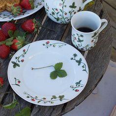 Jordbæreng: Asjett 21cm - Hyttefeber.no Decorative Plates, Tableware, Home Decor, Dinnerware, Decoration Home, Room Decor, Tablewares, Dishes, Home Interior Design