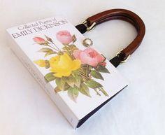 Puedes utilizar un bolso hecho con las pastas de tus libros favoritos