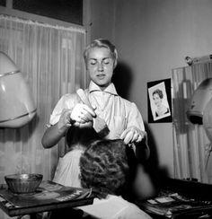 Teinture dans un salon de coiffure. Paris, 10 mai 1955.