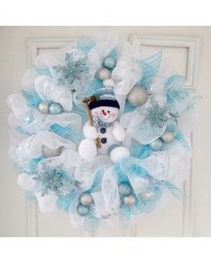 24 inch deco mesh wreath with a cute little snowman in the center. 24 inch deco mesh wreath with a cute little snowman in the center. Deco Mesh Crafts, Wreath Crafts, Diy Wreath, Christmas Projects, Holiday Crafts, Wreath Ideas, Wreath Making, Tulle Wreath Tutorial, Deco Mesh Wreaths