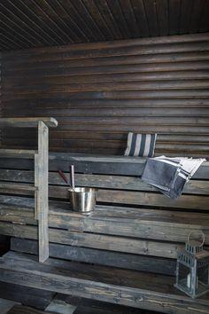 Saunan pinnat remontoitiin rakennuslupaa odotellessa. Lauteet ovat uudet. Kiukaan taakse asennettiin laattaa ja sauna sävytettiin tummaksi. Myös talvipakkasten aikaan perhe saunoo joka ilta.