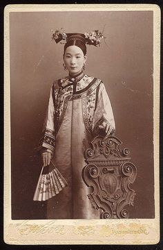 Wife of the Chinese Ambassador to the US, 1895 Inscribed on back & Miss May H. Morgan, from her friend Mrs. Washington May Miss Morgan was the daughter of Secretary of Treasury Daniel Morgan. Photo by C. Bell of Washington D. Antique Photos, Vintage Pictures, Vintage Photographs, Old Pictures, Old Photos, Asian History, British History, Chinoiserie, Ancient China