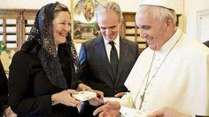 Das ist ja wohl die Krönung: Papst adelt den Prinzen von Sachsen. Papst Franziskus (78) beschenkte Markgräfin Gisela (51) und Wettiner-Chef Markgraf Alexander (62) am Ende der Staatsgast-Audienz mit Rosenkränzen in der Wappenschatulle
