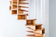 Jo-a, entreprise belge de design, favorise une production locale. Son designer, Sébastien Boucquey défend, à l'heure de la consommation de masse, des solutions sur-mesure à prix justes.  Il est le concepteur de cet escalier, sculpture, rangement astucieux. Suspendu à une cassette en acier intégré dans le plancher, un ensemble de blocs de rangement en bois dur descend en spirale à l'étage inférieur pour former un escalier. Chaque caisson est un écrin pour mettre en valeur des objets que l'on…