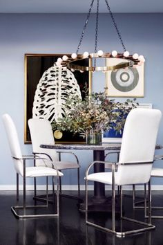 If you're a lover of comfortablemodern decorwe invite you to take a lookat the following curated selection of 50modern dining room designideas.