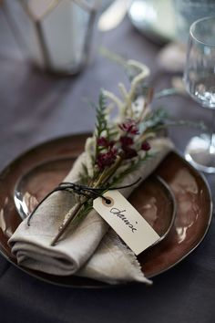 12 super fast table decoration ideas that you would like to copy at your next dinner party B . 12 super fast table decoration ideas that you would like to copy at your next dinner party B … 12 super fas Christmas Table Settings, Wedding Table Settings, Place Settings, Setting Table, Tea Table Settings, Dinner Party Decorations, Dinner Party Table, Dinner Parties, Party Tables