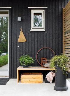 black house and white windows Mesa Exterior, Exterior Paint, Interior And Exterior, Exterior Design, Exterior Signage, Exterior Siding, Outdoor Spaces, Outdoor Living, Outdoor Decor