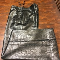 "NWOT Victor Costa ""alligator leather ""pants S 10 NWOT Victor Costa black ,(alligator look,)very dressy pants. Size 10 .Inseam 30"" Victor Costa Pants Boot Cut & Flare"