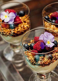 Os arranjos não são as únicas opções para quem querencher amesade flores. Dá para usar espécies comestíveis enfeitando os próprios pratos.