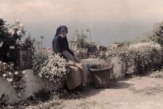 vintage everyday: Rare Autochrome Pictures of Spanish Women in the early Vintage Photography, Amazing Photography, Female Photography, Photography Portraits, Tenerife, Black And White Tees, Spanish Woman, Colorized Photos, Different Flowers