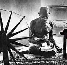 Mahatma Gandhi lavora allì suo arcolaio