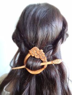 Epingle à cheveux / châle ornée de fleurs par theancientmuse