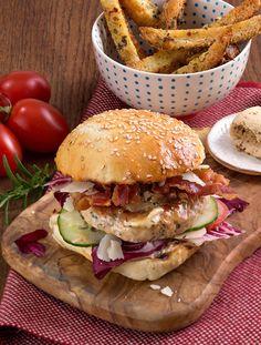Italienischer Geflügelburger       Zutaten für 4 Burger:  1600 g frisches Hühnchenhackfleisch oder Putenhackfleisch (gut gekühlt), Salz und schwarzen Pfeffer aus der Mühle, 1 Pkg. Arla Kærgården Pikant Italienische Kräuter, 4 Burger-Brötchen, 4 Radicchio Salatblätter (gewaschen), Salatgurke (gewaschen und in Scheiben geschnitten), 1 Tomate (gewaschen und in Scheiben geschnitten), 8 Scheiben Bacon, 40 g Parmesan (gehobelt),  etwas Pflanzenöl. Zubereitung: 1. Das gekühlte Geflügelhackfleisch…
