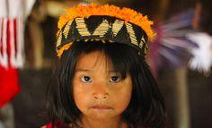 """""""Flor brilhante e as cicatrizes da pedra"""" é o título que leva o documentário sobreuma família indígena de rezadores Guarani-Kaiowá que vive na reserva de Dourados-MS, Brasil. Flor Brilhante é a matriarca desse grupo, quetenta sobreviver preservando conhecimentos e hábitos da cultura dos antigos. Enquanto isso, convivem com explosões constantes de uma usina de asfalto,...<br /><a class=""""more-link""""…"""