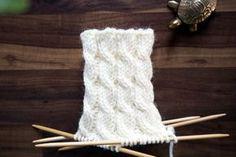 Tästä jutusta löydät erilaisia ohjeita, joilla voit neuloa tavallista koristeellisempaa joustinneuletta suljettuna neuleena. Joustimet sopivat esimerkiksi villasukan varteen. Kaikki neule-esimerkit on neulottu samalla langalla ja samoilla puikoilla, jotta niiden ilmettä on helppo vertailla keskenään. Woolen Socks, Designer Socks, Knitting Socks, Crochet Yarn, Knitting Projects, Mittens, Diy And Crafts, Weaving, Pattern