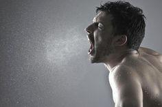 Mundgeruch treibt Menschen in die Isolation. Deswegen ist es wichtig, das Problem bei der Wurzel zu packen: auf der Zunge