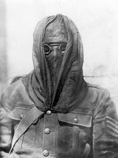 "WWI. ""English observation officer with a newly invented English gas mask"" Photo;Scherl/Süddeutsche Zeitung"