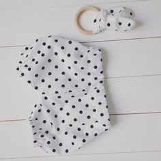 Nieuwe broekjes en bijtring van Yoemy! #polkadots #zwart #wit # baby #bijtring #oortjes te bestellen via yoemy@yoemy.com