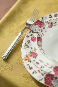 Pune în valoare deliciile culinare folosind farfuriile    cu imprimeul florilor boerești!  #set farfurii #farfurii portelan englezesc #farfurii rosa Pune, Plates, Tableware, Kitchen, Licence Plates, Dishes, Dinnerware, Cooking, Griddles