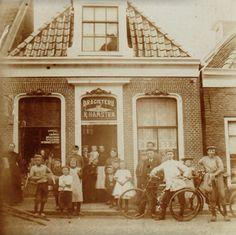 De basis voor het familiebedrijf Hamstra Drogisterij werd gelegd door oerpake Klaas Hamstra (1870-1952) die zich in 1908 vestigde aan de Hogepol 13 in Dokkum. Hij startte een handel in sigaren, drogerijen, specerijen en verbandstoffen
