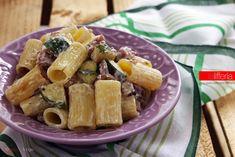 La pasta con zucchine e salsiccia è un primo semplice e veloce, delicatamente cremoso e dal sapore travolgente. Perfetto anche per pranzi dell'ultimo minuto