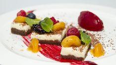Tvarohový koláč smarinovanými meruňkami a sorbetem zlesních plodů