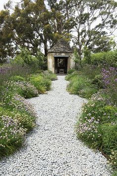 Allée de jardin / Rustic folly in Paul Bangay's garden at Stonefields. Modern Garden Design, Landscape Design, Garden Landscaping, Garden Path, Pebble Garden, Side Garden, Pea Gravel Garden, Border Garden, Garden Edging