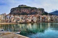 Fischerboote vor Felsenkulisse: Auch Cefalù bei Palermo zählt zu den...