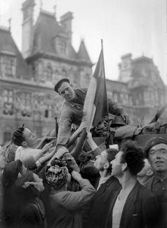 Un soldat de la division Leclerc est acclamé par la foule sur la place de l'Hôtel de Ville, à Paris 26 août 1944 (AFP)