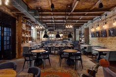 Исторический дизайн интерьера испанского ресторана и винного бара в старинном доме